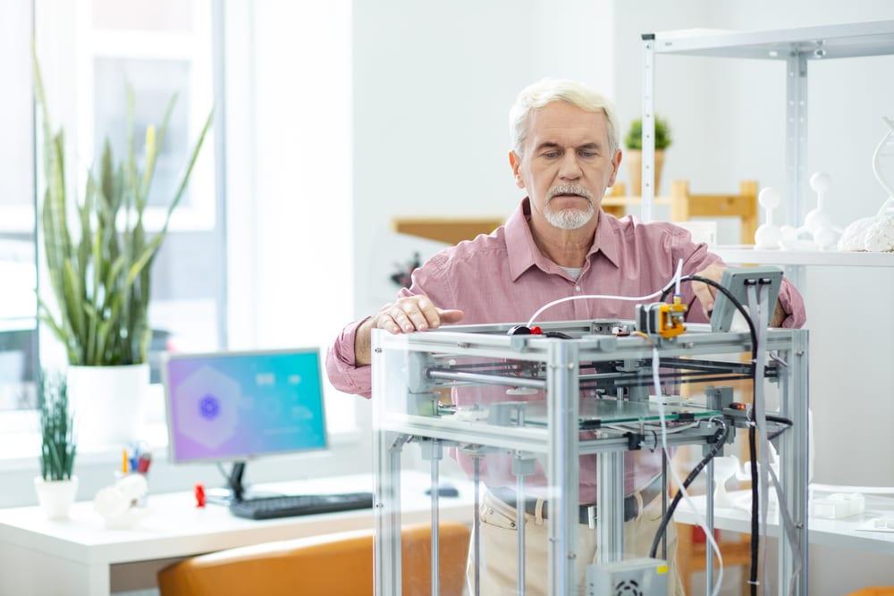 Agradable-hombre-mayor-viendo-el-trabajo-de-la-impresora-3D - Mantenimiento Impresora 3D