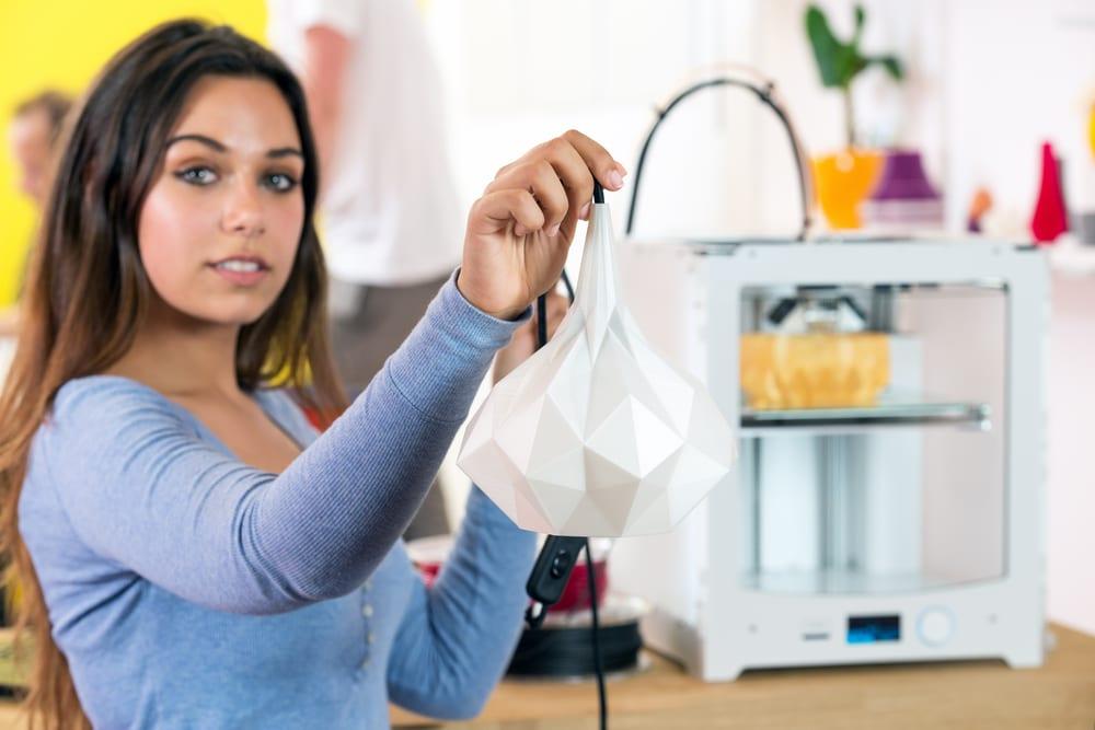 Disenadora-que-sostiene-el-producto-3D-en-el-estudio