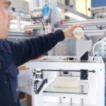Impresora 3D TUMAKER NX Pro Pellets trabajador con ella
